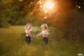 backlit-photo-of-twin-boys-in-a-field-by-heather-stockett
